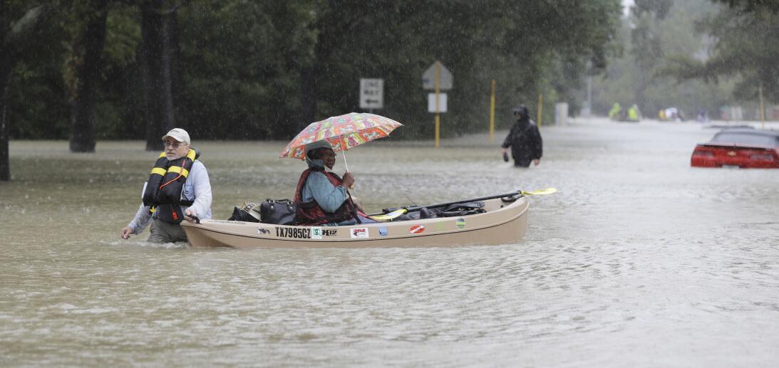 Calles inundadas en Houston tras el paso de Harvey