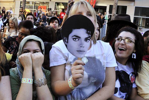Los fans de Michael Jackson acompañaron a la familia del artista,...