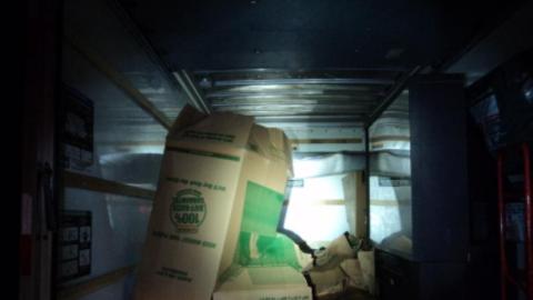 Ocho inmigrantes viajaban en un camión que estaba cerrado y no po...