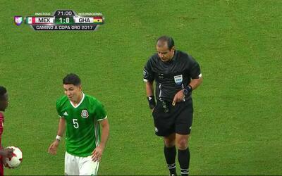 Tarjeta amarilla. El árbitro amonesta a Jesús Molina de Mexico