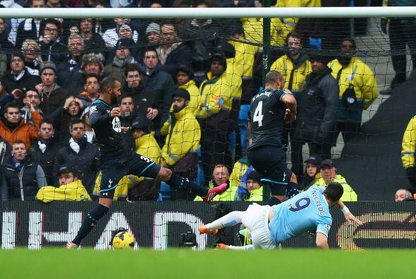El disparo del delantero español fue desviado por Sandro, a quien...