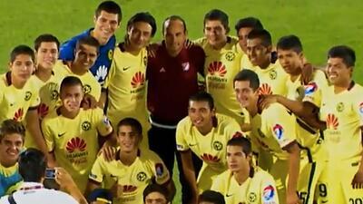Landon Donovan bombardeado por jugadores Sub-20 del América