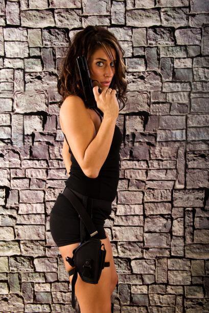 Angelina Jolie como Lara Croft. Disfrázate con un jumpsuit de short gris...