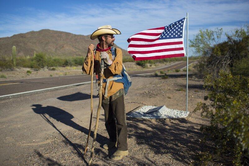 Mark Hainds, de 48 años, empezó a caminar la frontera México-Estados Uni...