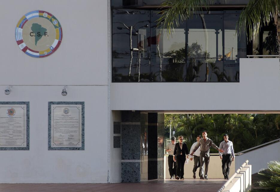 El abogado Cristóbal Cáceres, centro, llega a la sede de la Conmebol el...