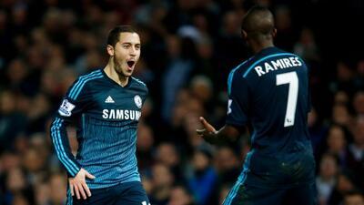 El crack belga es felicitado por Ramires tras anotar el gol del triunfo...