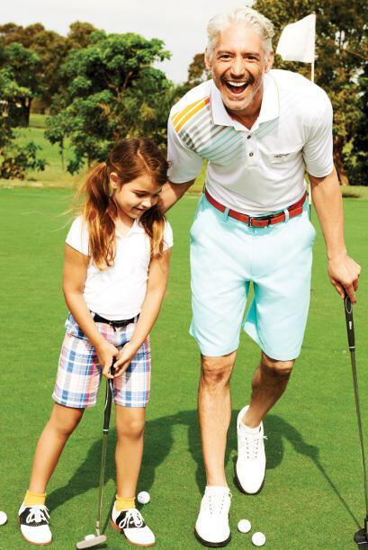 Playera Polo de la colección Greg Norman de Tasso Elba $49 y Shorts del...
