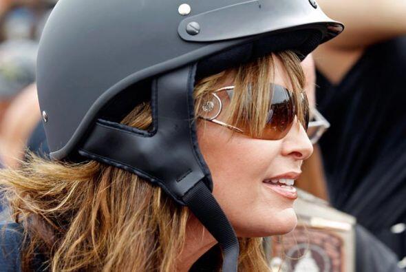 Sentada en la parte trasera de una Harley-Davidson, Palin, de 47 años y...