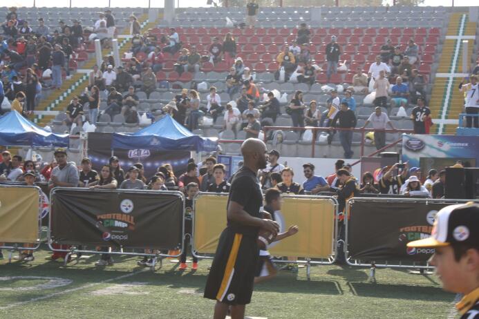 Los atletas participaron en 6 diferentes estaciones donde interactuaron...