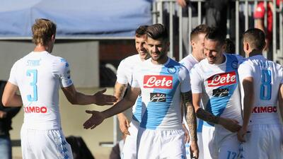 Nápoles arrolla al Cagliari y se suma a la lucha por la Liga de Campeones