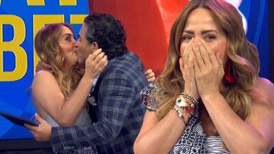 Le roba un beso a Andrea Legarreta en pleno show y ella no sabe cómo reaccionar