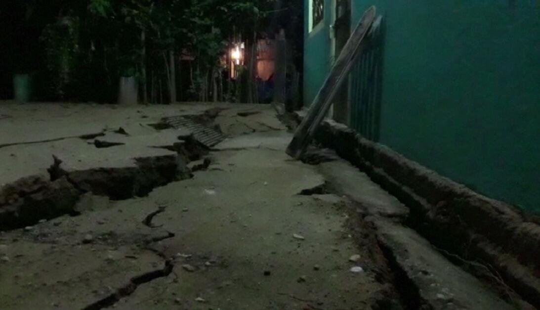 Una calle totalmente fracturada por el sismo en Minatitlán, México