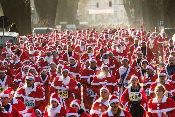 En todo el mundo se llevaron a cabo las carreras de Santas. Rumania, Lon...