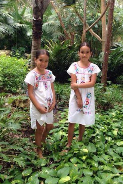 Sus pequeñas vestidas como 'prinecsitas mayas', con los trajes típicos d...