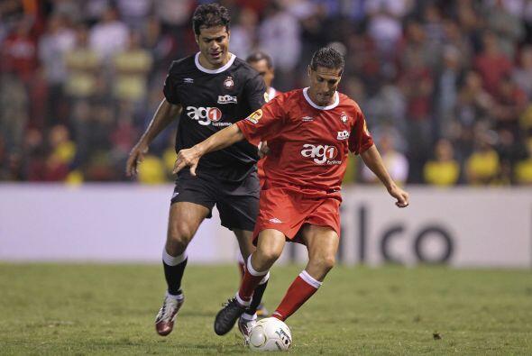 Raí, camisa negra, y Jorginho, de rojo,  jugaron para la gente. Toques d...