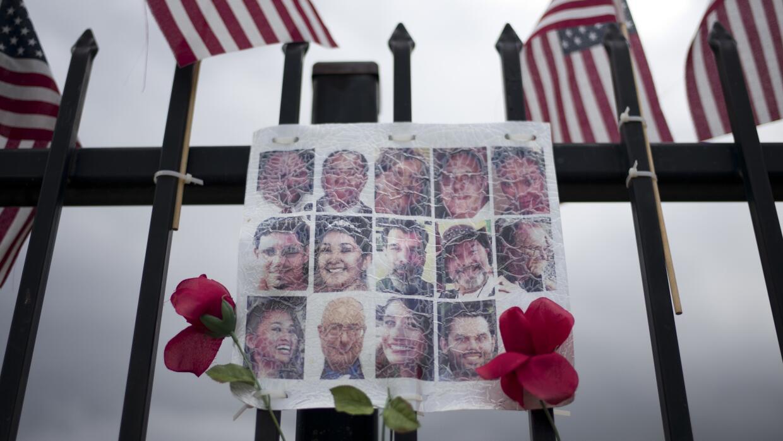 Esta imagen recuerda a las 14 víctimas mortales del ataque en San...