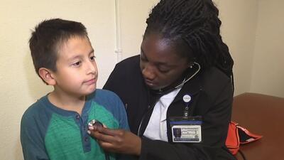 Cientos de hispanos reciben atención médica gratuita en Dallas