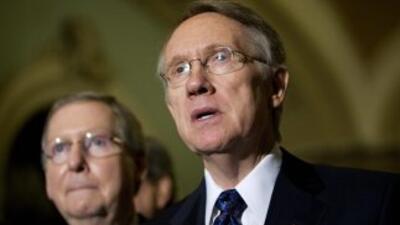 Los senadores Mitch McConnel (republicano de Kentucky) y Harry Reid (dem...
