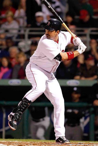 El mexicano Adrián González ahora defiende los colores de los Red Sox de...
