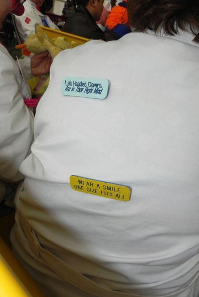 Los guardapolvos de algunos doctores fueron decorados por los mismos pay...