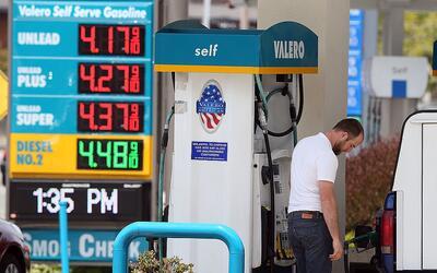 Un cliente se abastece con gasolina en una estación en Mill Valle...
