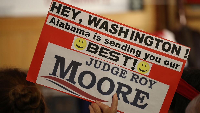 Muchos simpatizantes del republicano Roy Moore ven su candidatura como u...