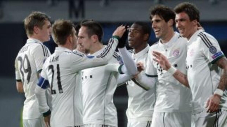 Mario Mandzukic es felicitado por sus compañeros tras anotar el gol de l...