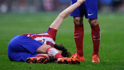Tiago en el suelo al fracturarse.