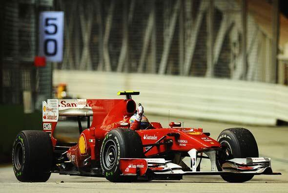 Al final de las 61 vueltas de la carrera, Alonso cruzó la meta con apena...