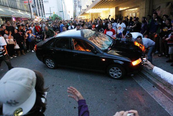 Autos estacionados fueron incendiados.