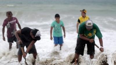 Habitantes de Acapulco se alistan ante la inminente aproximación de la t...
