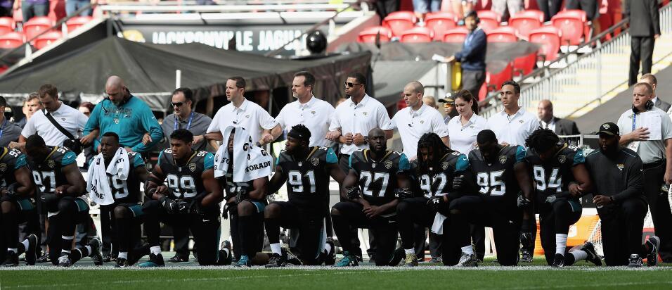 En el Wembley Stadium, los Jacksonville Jaguars también se arrodi...