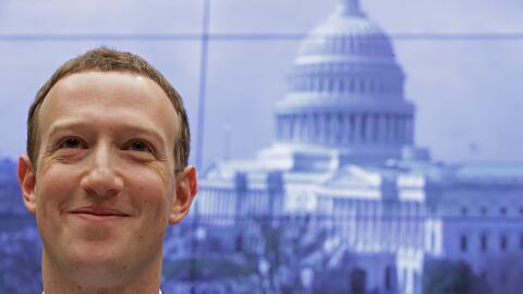 El CEO de Facebook Mark Zuckerberg frente al Comité de Energ&iacu...