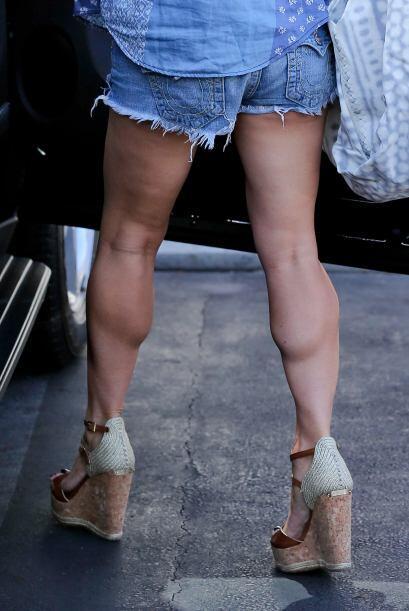 Mira un acercamiento a sus piernas.  Aquí los videos más chismosos.