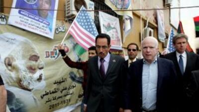 El Senador estadounidense John McCain recorre una de las principales cal...