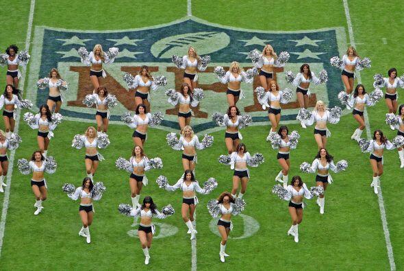 Las bellas porristas de los Oakland Raiders deleitaron al público...