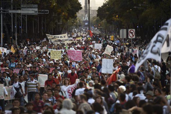 Asistieron alrededor de 60 mil personas. Partieron de Los Pinos hacia el...