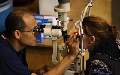 Esta situación tiene enfrentados a oftalmólogos y opt&oacu...