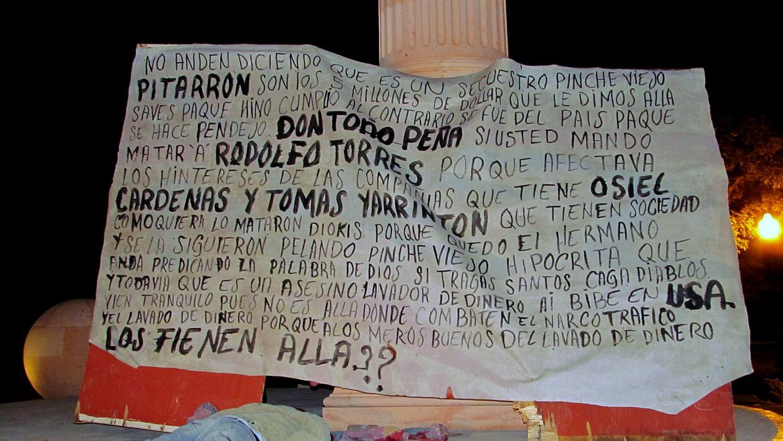 El cuerpo de un hombre junto a 'narcomanta' dejados en noviembre de 2011...