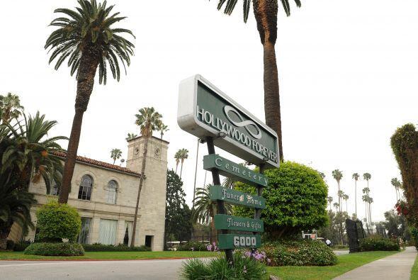 El lugar elegido fue el Hollywood Forever Cemetery.  Aquí los vid...