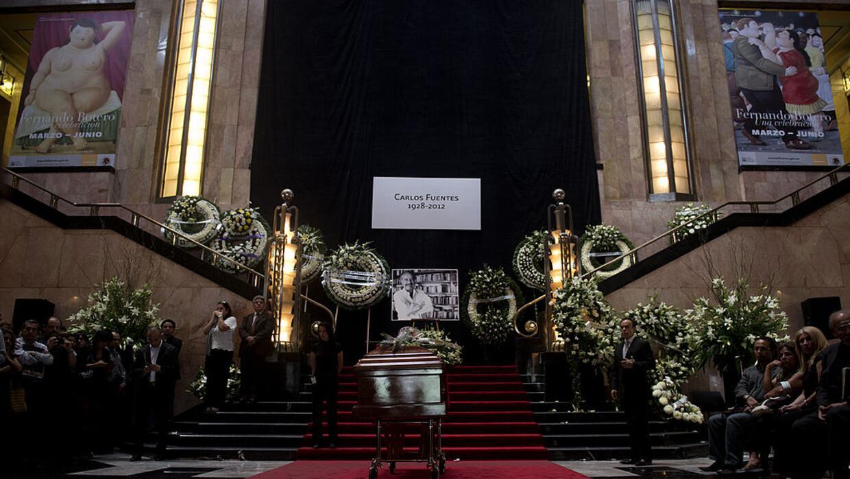 Interior del Palacio de Bellas Artes durante el funeral de Carlos Fuente...