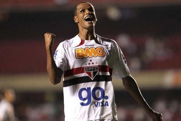 El brasileño Rivaldo y sus 39 abriles siguen dando vueltas por las canch...