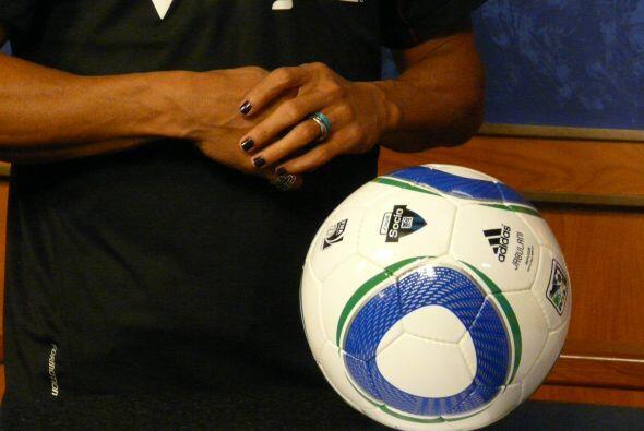 El jugador las trae pintadas de negro y gusta llevar anillos. (Foto cort...