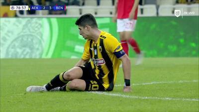 Tarjeta amarilla. El árbitro amonesta a André Almeida de Benfica