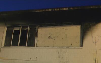 Incendio en una vivienda del sur de Los Ángeles deja un joven hospitaliz...