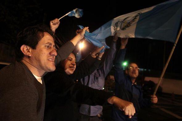 Ciudadanos guatemaltecos reaccionan en las calles de la capital poco des...