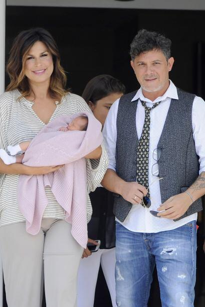 Raquel Perera, esposa de Sanz, llevaba a la bebita en brazos envuelta en...