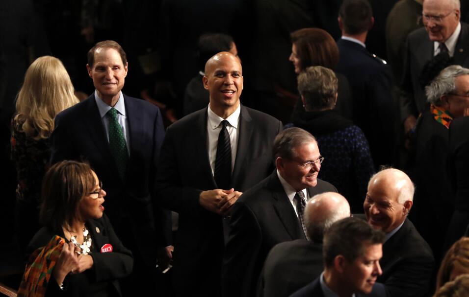 Los senadores demócratas Ron Wyden, Cory Booker y Robert Menendez...
