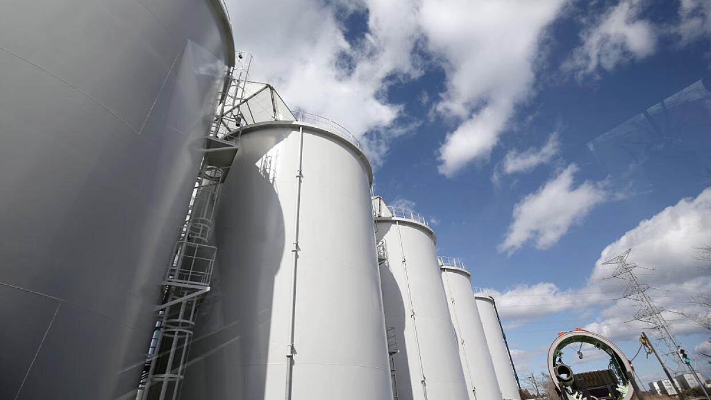Una vista de los tanques que sostienen el agua contaminada de la radiaci...
