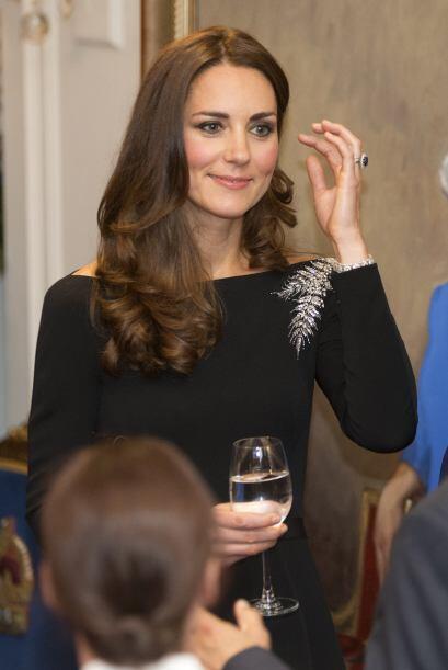 Finalmente su último 'look' fue el más elegante. Un vestido negro con un...
